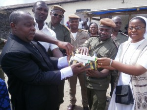 FAAFNET, ICENECDEV officials (L) hand over one of the gifts to Buea Central Prison officials