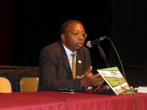 Pr Jean Emmanuel Pondi pendant la présentation de son ouvrage