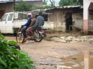 Surchage sur une moto à Douala
