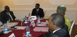Au centre Samuel Fonkam Azu'u le président du Conseil électoral d'Elecam, entouré de quelques membres d'Elecam