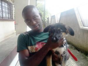 Le maître tient son chien, Douala, Cameroun