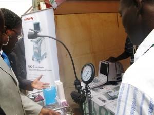 André Mama Fouda le ministre de la Santé publique du Cameroun admire le matériel médical