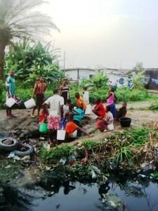 Des populations du quartier Cité de Billes à Douala puisent de l'eau dans un puits