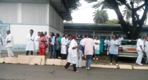 Des grévistes devant leurs pancartes à l'hôpital Laquintinie de Douala