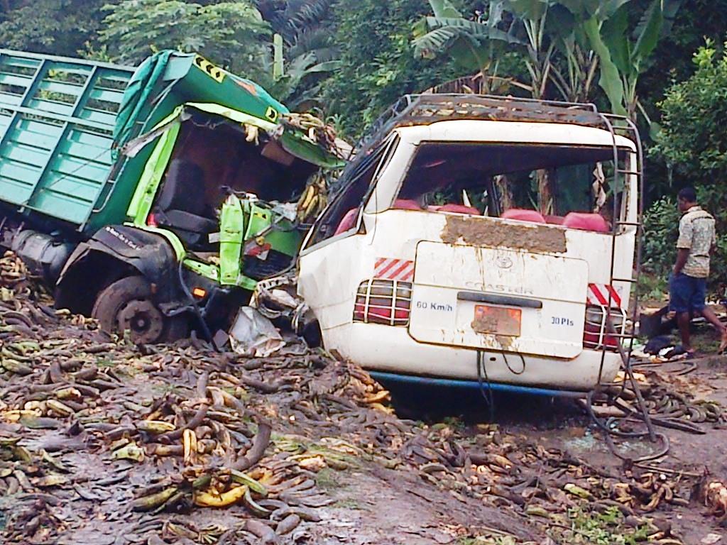 Les carcasses des véhicules sur les lieux de l'accident.