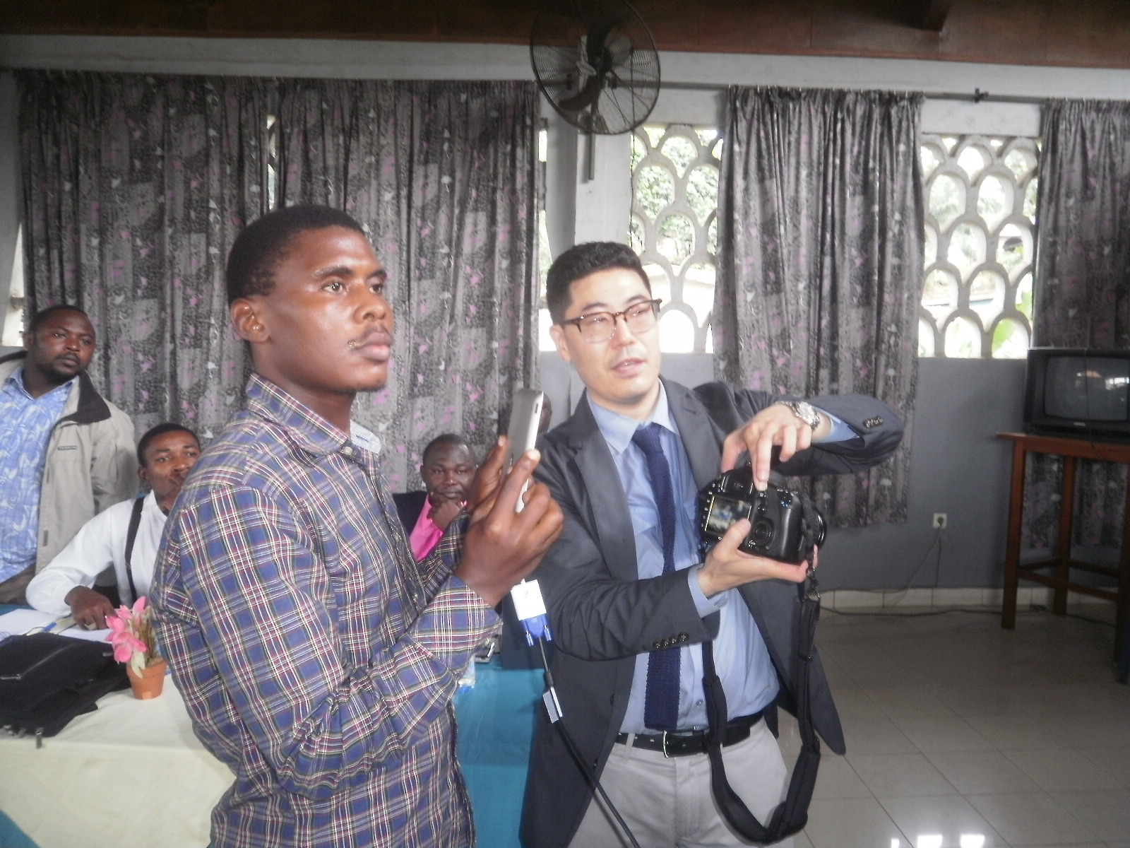 Prof. Takahashi (R)  trains journalists in Limbe on how to use ICT tools in journalism